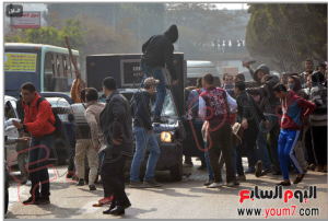 Brotherhood students of Ain Shams University tried to release prisoners from a police vehicle
